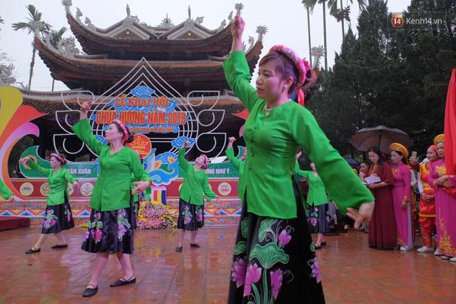 Người dân chen chân hứng nước thánh ở động Hương Tích trong ngày khai hội chùa Hương - Ảnh 1.