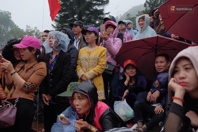Người dân chen chân hứng nước thánh ở động Hương Tích trong ngày khai hội chùa Hương - Ảnh 4.