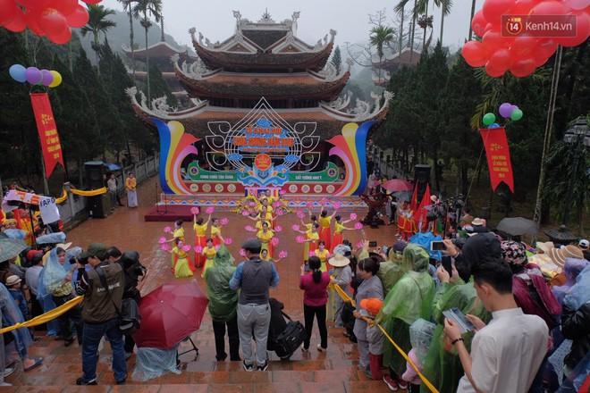"""Người dân chen chân hứng """"nước thánh"""" ở động Hương Tích trong ngày khai hội chùa Hương - Ảnh 6."""
