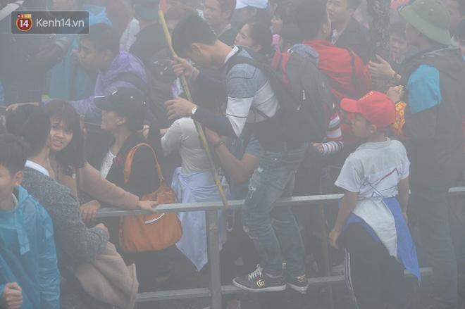 Khai hội Yên Tử, hàng trăm người leo trèo ra khỏi đám đông vì đứng chôn chân 2 tiếng ở đường lên chùa Đồng - Ảnh 9.