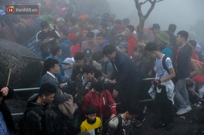 Khai hội Yên Tử, hàng trăm người leo trèo ra khỏi đám đông vì đứng chôn chân 2 tiếng ở đường lên chùa Đồng - Ảnh 10.
