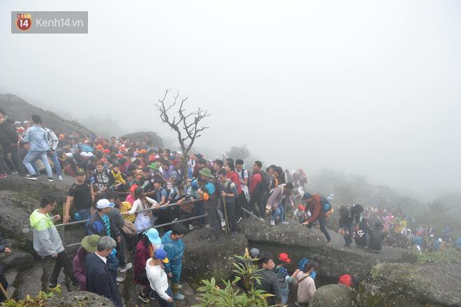 Khai hội Yên Tử, hàng trăm người leo trèo ra khỏi đám đông vì đứng chôn chân 2 tiếng ở đường lên chùa Đồng - Ảnh 11.