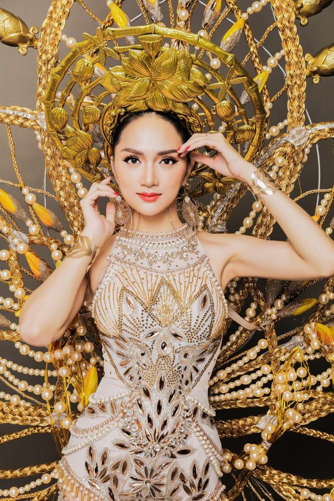 Chiêm ngưỡng bộ trang phục dân tộc độc đáo nặng tới 55 kg của Hương Giang tại Hoa hậu Chuyển giới Quốc tế - Ảnh 1.