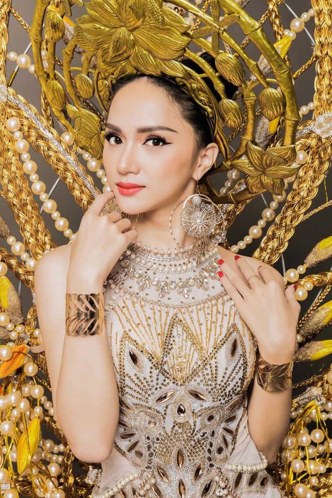 Chiêm ngưỡng bộ trang phục dân tộc độc đáo nặng tới 55 kg của Hương Giang tại Hoa hậu Chuyển giới Quốc tế - Ảnh 2.
