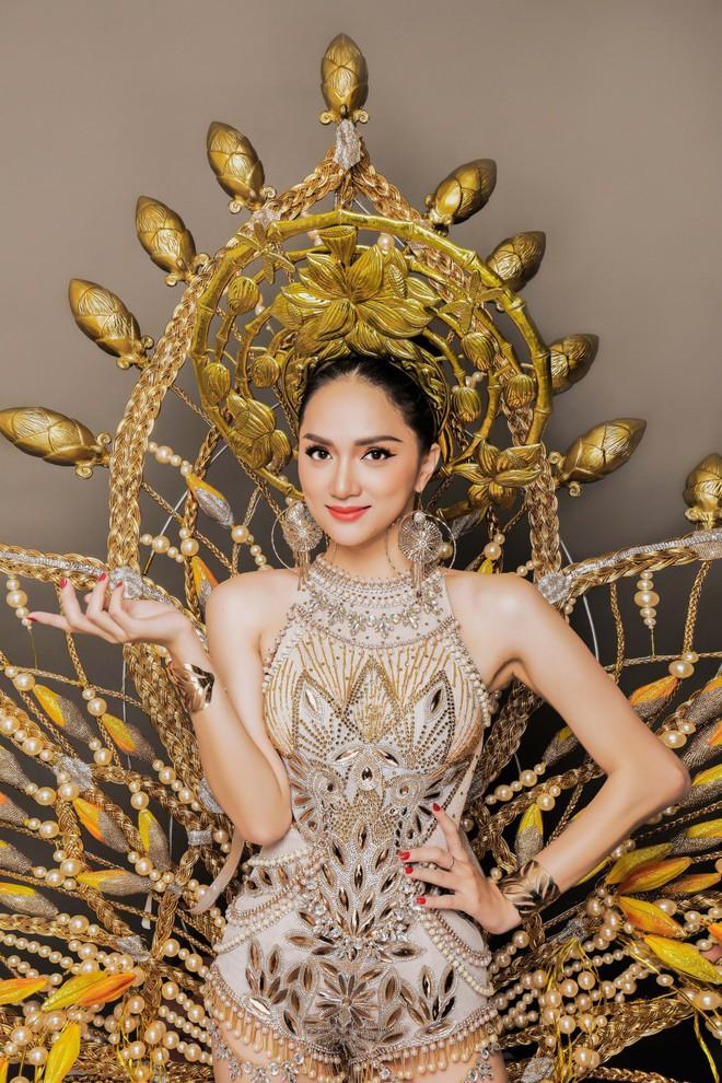 Chiêm ngưỡng bộ trang phục dân tộc độc đáo nặng tới 55 kg của Hương Giang tại Hoa hậu Chuyển giới Quốc tế - Ảnh 3.