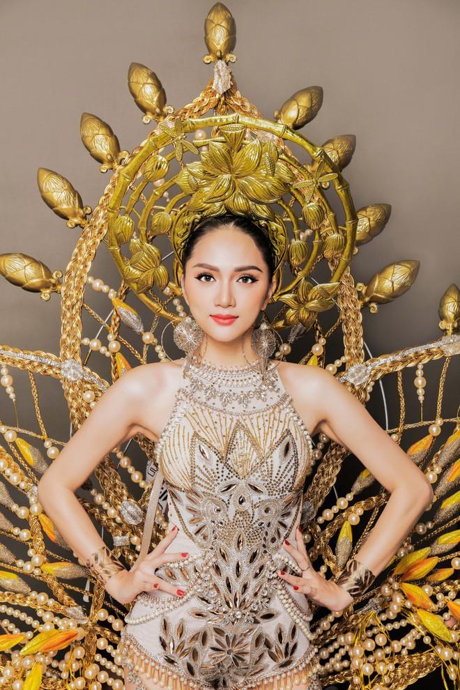 Chiêm ngưỡng bộ trang phục dân tộc độc đáo nặng tới 55 kg của Hương Giang tại Hoa hậu Chuyển giới Quốc tế - Ảnh 4.