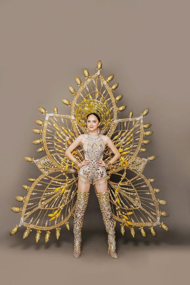 Chiêm ngưỡng bộ trang phục dân tộc độc đáo nặng tới 55 kg của Hương Giang tại Hoa hậu Chuyển giới Quốc tế - Ảnh 5.