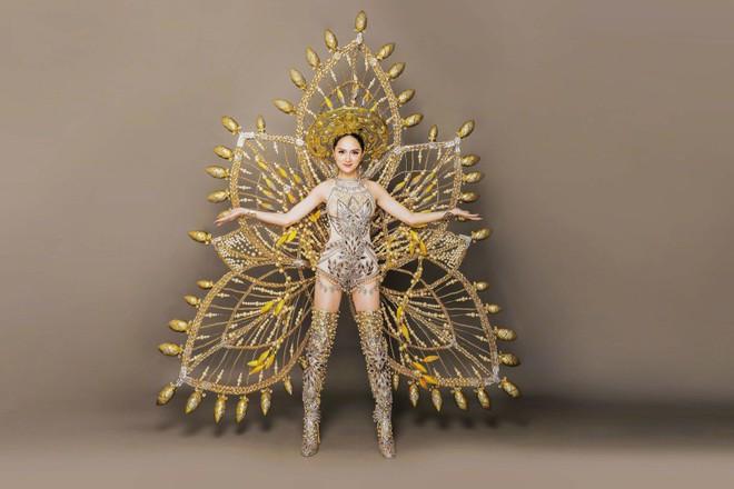 Bộ trang phục dân tộc tuyệt đẹp mà Hương Giang chuẩn bị cho cuộc thi Hoa hậu Chuyển giới