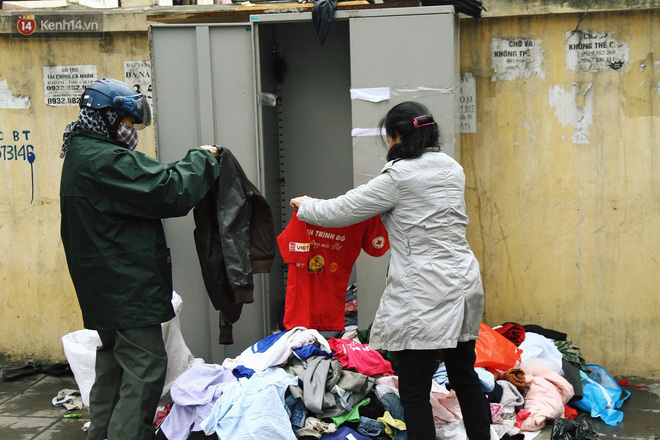 Cái kết buồn của tủ quần áo ai thừa ủng hộ, ai thiếu đến lấy ở Hà Nội: Người gom đồ từ thiện đi bán, người tặng cả áo rách, quần lót cũ - Ảnh 2.