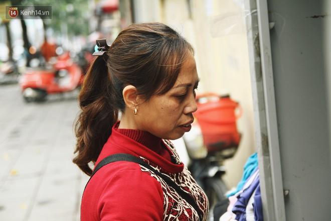 Cái kết buồn của tủ quần áo ai thừa ủng hộ, ai thiếu đến lấy ở Hà Nội: Người gom đồ từ thiện đi bán, người tặng cả áo rách, quần lót cũ - Ảnh 5.