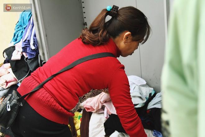 Cái kết buồn của tủ quần áo ai thừa ủng hộ, ai thiếu đến lấy ở Hà Nội: Người gom đồ từ thiện đi bán, người tặng cả áo rách, quần lót cũ - Ảnh 10.