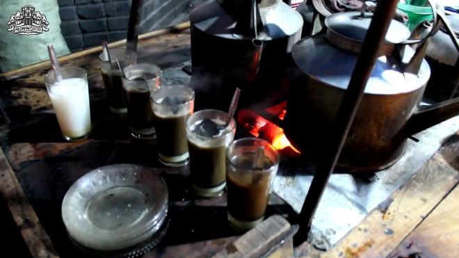 Cốc cà phê kèm một cục than nóng đỏ rực là thức uống độc nhất vô nhị tại Indonesia - Ảnh 2.