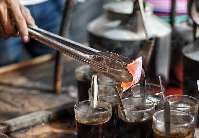 Cốc cà phê kèm một cục than nóng đỏ rực là thức uống độc nhất vô nhị tại Indonesia - Ảnh 4.