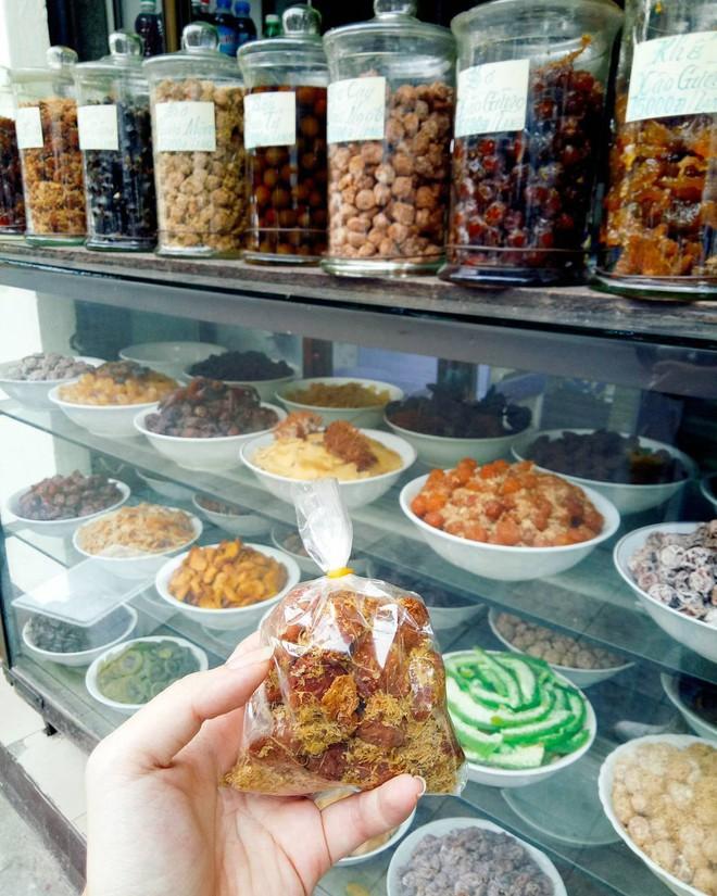 Cứ mỗi dịp Tết đến là những hàng ô mai này ở Hà Nội lại tấp nập người ghé mua - Ảnh 7.