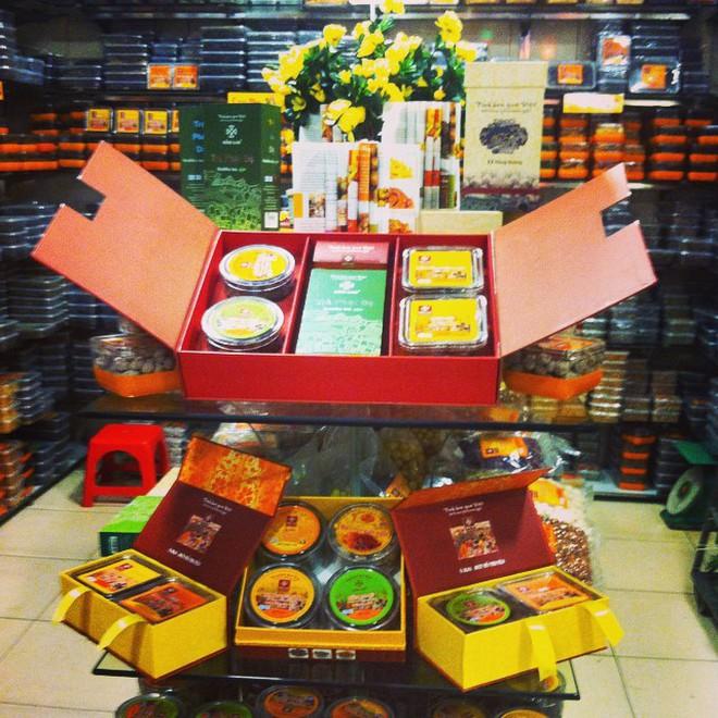 Cứ mỗi dịp Tết đến là những hàng ô mai này ở Hà Nội lại tấp nập người ghé mua - Ảnh 1.