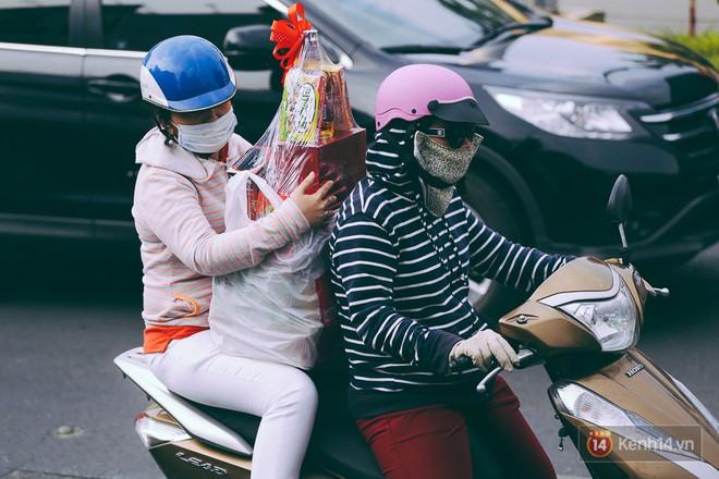 Người Sài Gòn mệt mỏi vì kẹt xe khắp mọi ngả đường những ngày cận Tết - Ảnh 6.