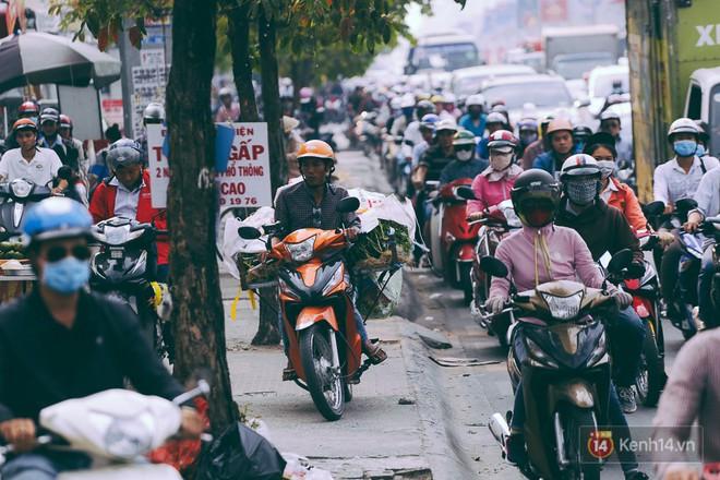 Người Sài Gòn mệt mỏi vì kẹt xe khắp mọi ngả đường những ngày cận Tết - Ảnh 8.