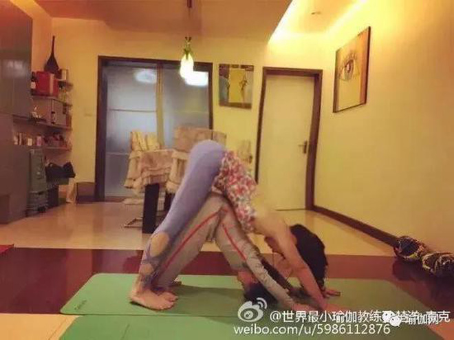 """Mới 7 tuổi, cậu bé đáng yêu """"gây sốt"""" khi trở thành chuyên gia Yoga với hơn 100 học sinh và kiếm được hơn 350 triệu đồng - Ảnh 2."""