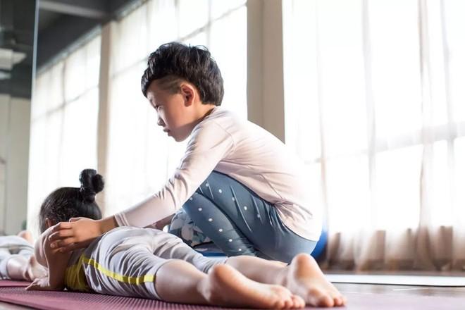 """Mới 7 tuổi, cậu bé đáng yêu """"gây sốt"""" khi trở thành chuyên gia Yoga với hơn 100 học sinh và kiếm được hơn 350 triệu đồng - Ảnh 4."""