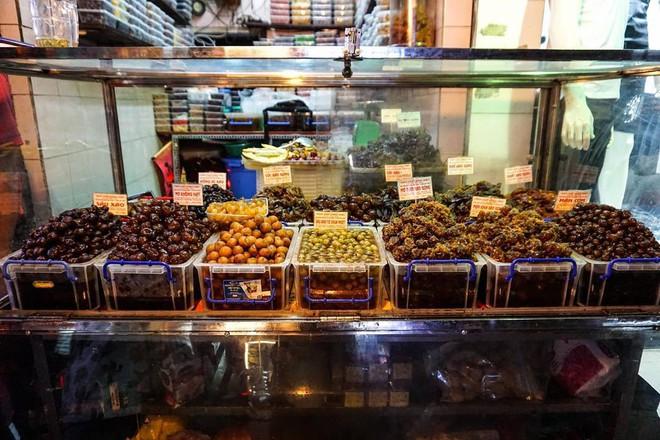 Cứ mỗi dịp Tết đến là những hàng ô mai này ở Hà Nội lại tấp nập người ghé mua - Ảnh 13.