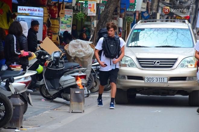 Giật mình thon thót với những cảnh đốt vàng mã ngay xe máy, trụ điện của người dân Thủ đô 13