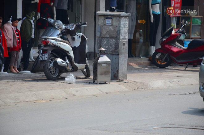Giật mình thon thót với những cảnh đốt vàng mã ngay xe máy, trụ điện của người dân Thủ đô 9