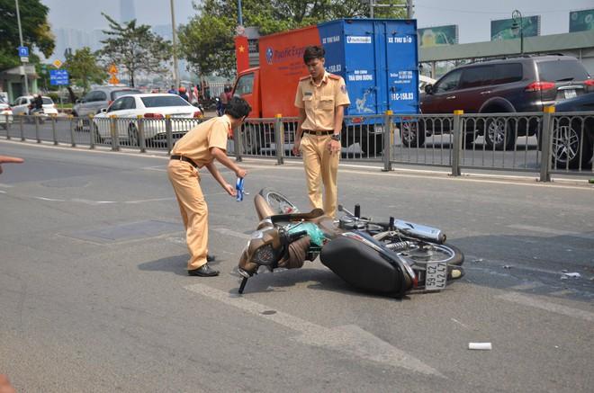 Va chạm xe bồn khiến người đàn ông chết thảm, giao thông ùn ứ kéo dài ở Sài Gòn - Ảnh 1.