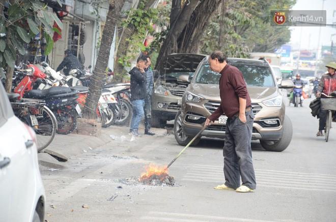 Giật mình thon thót với những cảnh đốt vàng mã ngay xe máy, trụ điện của người dân Thủ đô 4