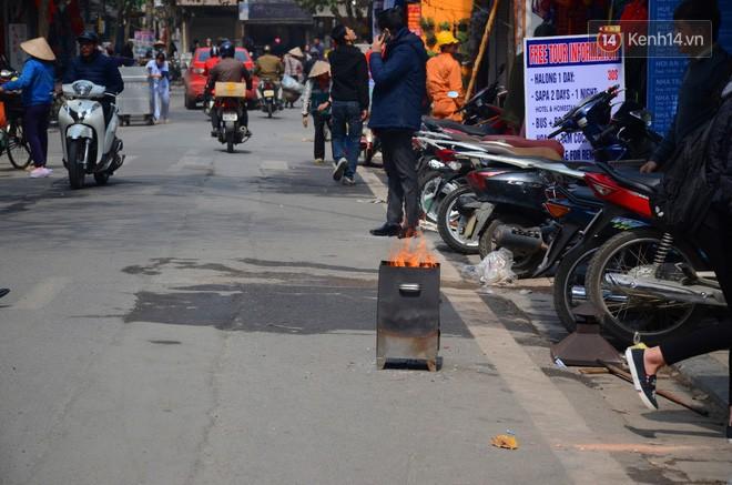 Giật mình thon thót với những cảnh đốt vàng mã ngay xe máy, trụ điện của người dân Thủ đô 5