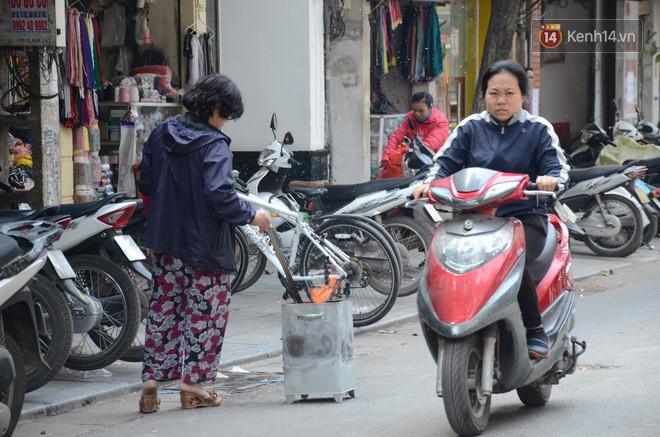 Giật mình thon thót với những cảnh đốt vàng mã ngay xe máy, trụ điện của người dân Thủ đô 15