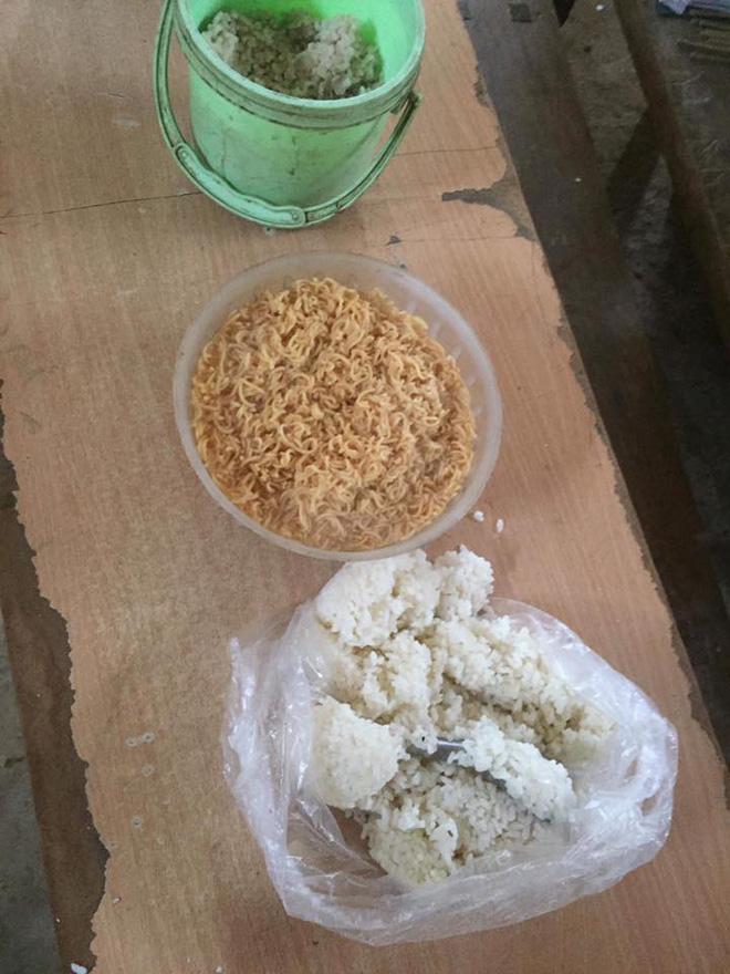 Clip: Nhói lòng bữa trưa chỉ có cơm trắng đựng trong túi bóng giữa ngày lạnh giá của các em học sinh Điện Biên - Ảnh 6.