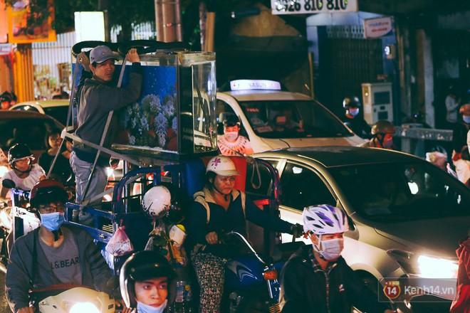 Người dân về quê đón Tết: Các ngã đường đến bến bến xe Miền Đông tắc nghẽn từ chiều đến tối, trẻ em ngủ trên xe 25