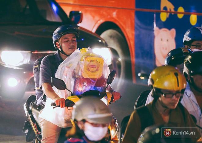 Người dân về quê đón Tết: Các ngã đường đến bến bến xe Miền Đông tắc nghẽn từ chiều đến tối, trẻ em ngủ trên xe 23