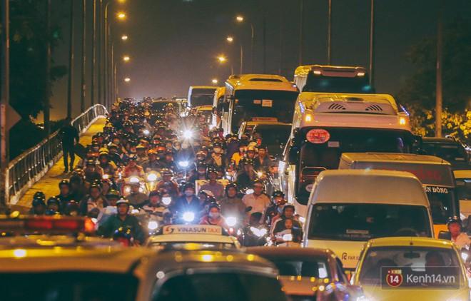 Người dân về quê đón Tết: Các ngã đường đến bến bến xe Miền Đông tắc nghẽn từ chiều đến tối, trẻ em ngủ trên xe 8