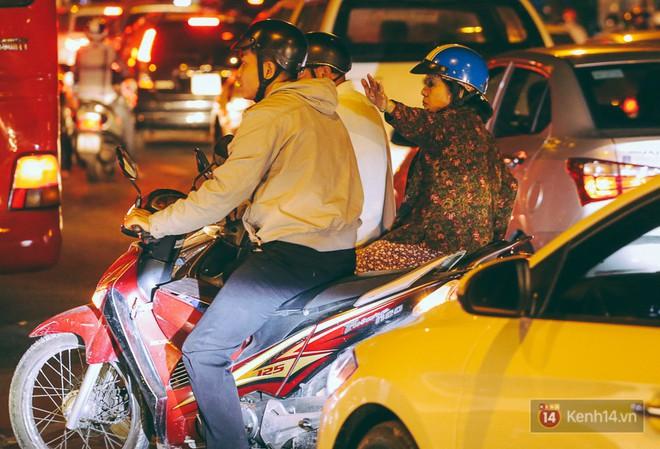 Người dân về quê đón Tết: Các ngã đường đến bến bến xe Miền Đông tắc nghẽn từ chiều đến tối, trẻ em ngủ trên xe 9