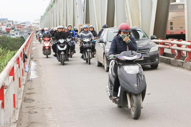 Chùm ảnh: Người dân Hà Nội khoác cả chăn bông, mặc áo mưa xuống phố để tránh rét - Ảnh 6.