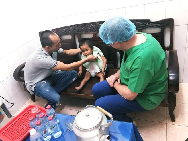 Vợ chồng ở Sài Gòn hoãn mua ô tô, vượt nghìn km đến Mường Lát nhận nuôi bé gái liệt 2 chân không manh áo giữa mùa đông - Ảnh 8.