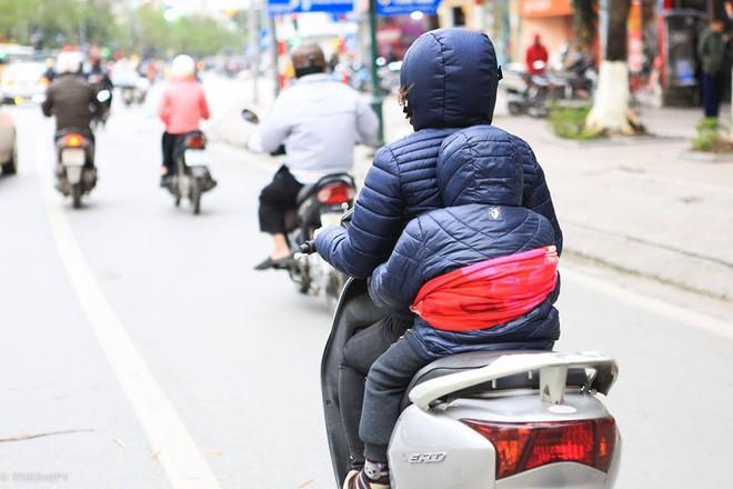 Chùm ảnh: Người dân Hà Nội khoác cả chăn bông, mặc áo mưa xuống phố để tránh rét - Ảnh 10.
