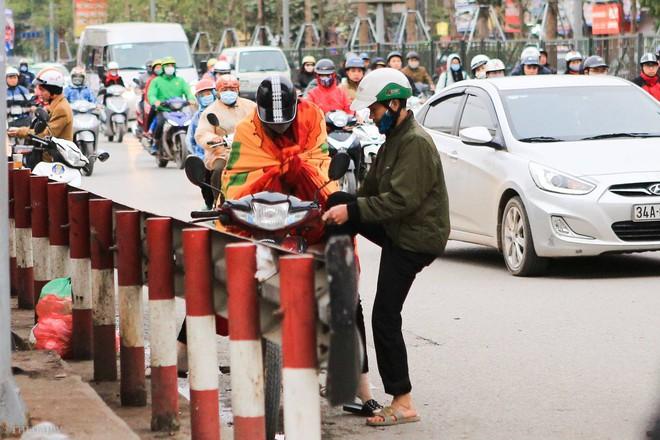 Chùm ảnh: Người dân Hà Nội khoác cả chăn bông, mặc áo mưa xuống phố để tránh rét - Ảnh 3.