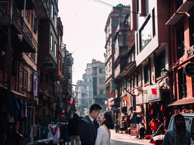 """Bộ ảnh cưới """"không bình thường chút nào"""" ở Nepal của cựu CEO Uber Việt Nam - Ảnh 1."""