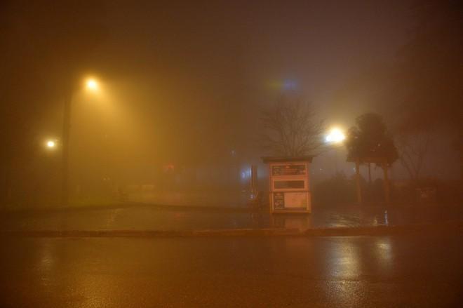 Chùm ảnh: Cả thị trấn Sapa chìm trong sương mù dưới cái rét 4 độ C - Ảnh 2.