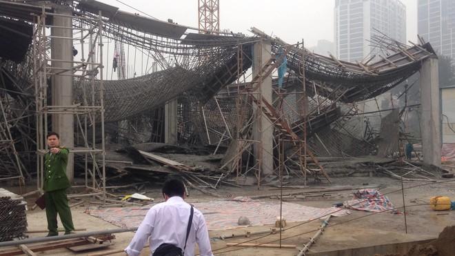 Hà Nội: Sập giàn giáo công trình xây dựng khiến 3 người chết, nhiều người bị thương - Ảnh 1.