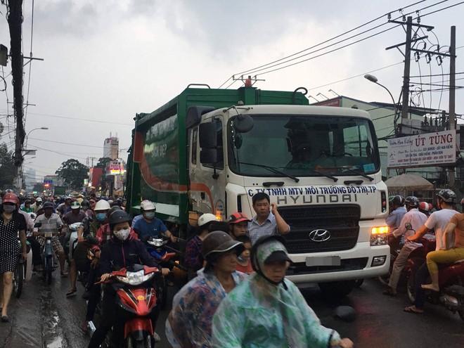 Nam thanh niên va chạm với xe rác ở Sài Gòn, bị cán tử vong tại chỗ - Ảnh 2.