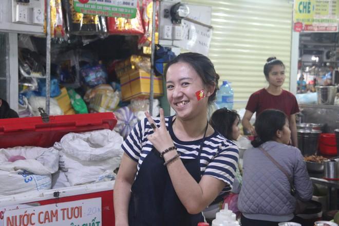 Tiểu thương Đà Nẵng treo quốc kỳ khắp chợ, nghỉ bán sớm để cổ vũ cho đội tuyển U23 Việt Nam - Ảnh 5.