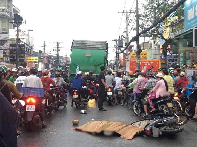 Nam thanh niên va chạm với xe rác ở Sài Gòn, bị cán tử vong tại chỗ - Ảnh 1.