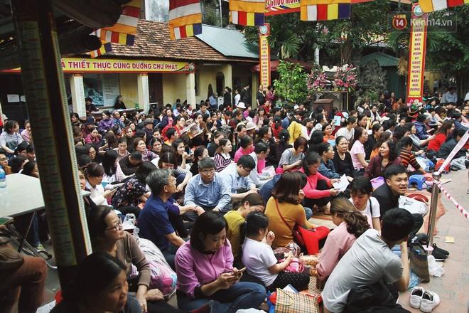 Cấm 1 làn đường trước chùa Phúc Khánh cho người dân ngồi dự lễ cầu an lớn nhất năm 5