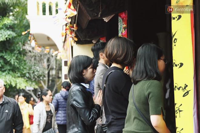 Cấm 1 làn đường trước chùa Phúc Khánh cho người dân ngồi dự lễ cầu an lớn nhất năm 17