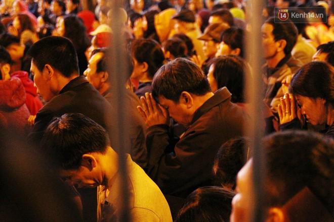 Cấm 1 làn đường trước chùa Phúc Khánh cho người dân ngồi dự lễ cầu an lớn nhất năm 35