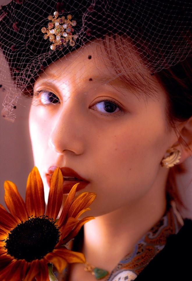 """Xuất hiện hot girl ảnh film với nét đẹp cổ điển cực giống """"nữ thần"""" Kim Ji Won của Hậu duệ Mặt trời - Ảnh 9."""