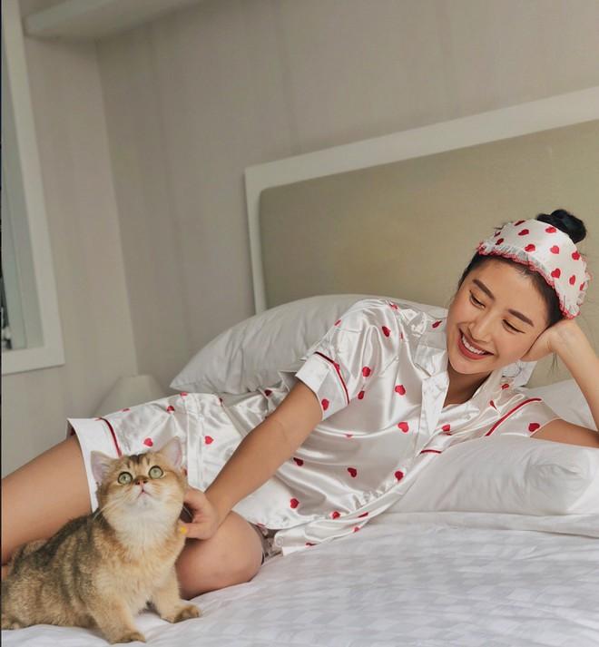 """""""Rổ"""" ảnh sống ảo trên giường của các hot girl Việt, từ trong sáng thiên thần tới sexy táo bạo! - Ảnh 4."""